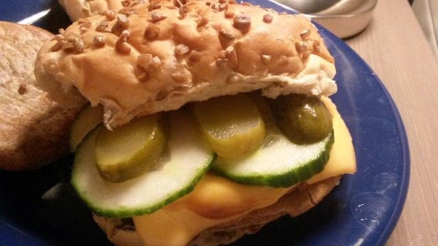 Hamburger met komkommer, augurk, cheddar en smokey bbq sauce
