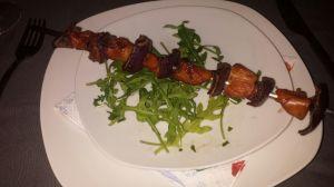 Spies met kip ketjap en rode ui op en bedje van rucola